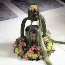 Corona de espuma con anillos florales de diferentes tamaños